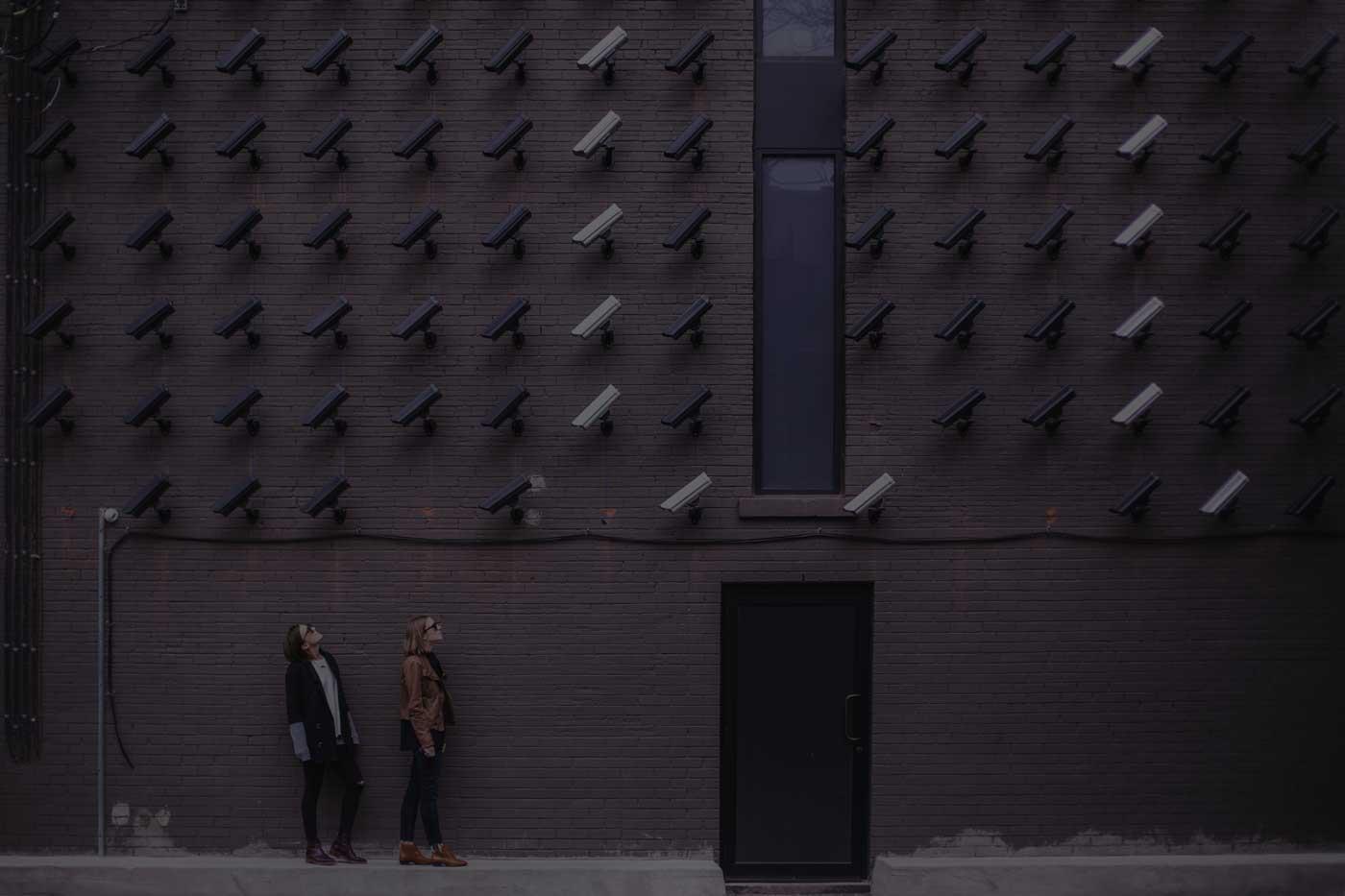 foto di un muro con molte telecamere